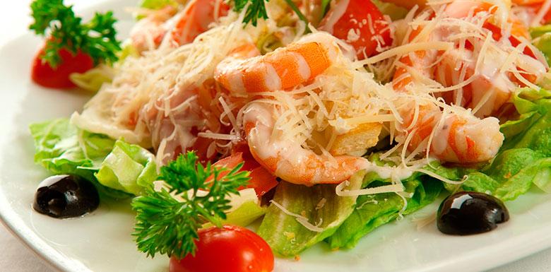 Красивооформленный салат с креветками фото